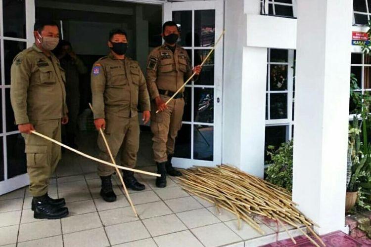 Hati2 Gan di Bekasi Satpol PP bawa Bambu Tertibkan Warga! - MyRobin